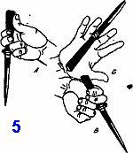 выполнение прямого удара кинжалом и ножом