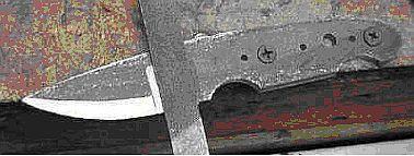 Затем, с помощью подходящих шурупов для дерева, прикрутите нож к верху скамьи